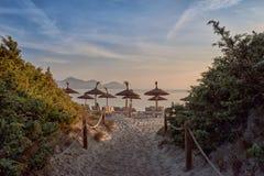 热带日落或日出在手段海滩 免版税图库摄影