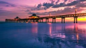 热带日落日出海滩码头 免版税库存图片