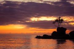 热带日落的惊人的颜色 博拉凯海岛,菲律宾 免版税图库摄影
