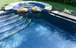 热带森林假日水池 免版税库存图片
