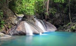 热带森林平安和松弛瀑布风景  免版税图库摄影