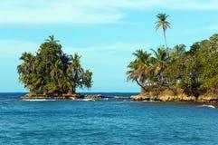 热带植被包括的岩质小岛 库存照片