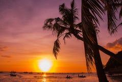 热带横向的日落 背景掌上型计算机天空结构树 使白色靠岸 博拉凯 菲律宾 免版税库存照片
