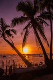 热带横向的日落 背景掌上型计算机天空结构树 使白色靠岸 博拉凯 菲律宾 图库摄影