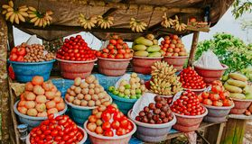热带水果在小商店 免版税库存图片