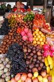 热带水果在Candi Kuning市场, Bedugul,巴厘岛,印度尼西亚上 免版税库存图片