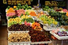 热带水果市场立场在公开市场上 免版税库存照片