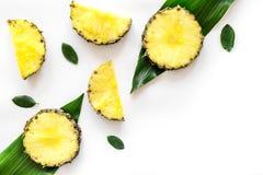热带水果概念 pinneapple切片和叶子的样式在白色背景顶视图copyspace 库存图片