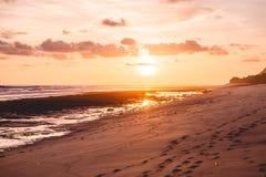热带沙滩和日落或者日出颜色 库存图片