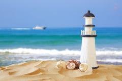热带沙滩、灯塔和贝壳的图象 图库摄影