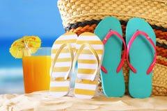 热带沙滩、水果鸡尾酒、秸杆袋子和和轻碰flo 免版税图库摄影
