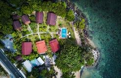 热带沿海,顶视图空中射击与平房的 免版税库存照片