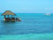 热带浮动的小屋的海岛 免版税库存照片
