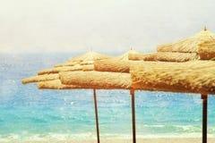 热带海和沙滩伞 夏天旅行和假期概念 免版税库存照片