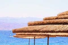 热带海和沙滩伞 夏天旅行和假期概念 免版税库存图片
