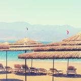 热带海和海滩睡椅在伞下 夏天旅行和假期概念 库存图片