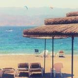 热带海和海滩睡椅在伞下 夏天旅行和假期概念 免版税库存照片