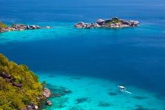 与热带海岸的美好的海风景 免版税库存图片