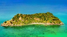 热带海岛、海滩和小船空中寄生虫视图在从上面蓝色清楚的安达曼海水中,美丽的群岛海岛 库存照片