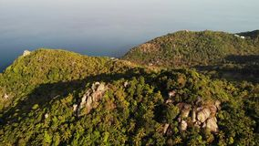 热带海岛密林和山  绿色密林和巨大的冰砾寄生虫视图在酸值火山的岩石地形  影视素材
