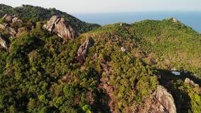 热带海岛密林和山  绿色密林和巨大的冰砾寄生虫视图在酸值火山的岩石地形  股票视频