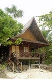 热带海岛度假村的海滩前的海景平房 免版税库存照片