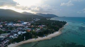 热带海岛明白蓝色海夏天早晨鸟瞰图  免版税图库摄影