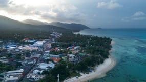 热带海岛明白蓝色海夏天早晨鸟瞰图  库存照片