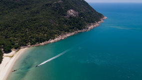 热带海岛明白蓝色海鸟瞰图  图库摄影