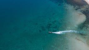 热带海岛明白蓝色海鸟瞰图  免版税库存图片