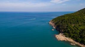 热带海岛明白蓝色海鸟瞰图  免版税库存照片