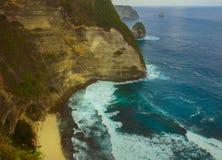 热带海岛海岸线巨大风景看法与岩石峭壁和沙漠天堂海滩的由绿松石海水颜色击中了 免版税库存图片