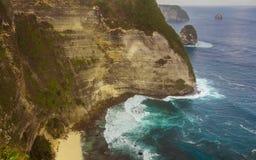 热带海岛海岸线巨大风景看法与岩石峭壁和沙漠天堂海滩的由绿松石海水颜色击中了 免版税图库摄影