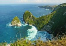 热带海岛海岸线巨大风景看法与岩石峭壁和沙漠天堂海滩的由绿松石海水颜色击中了 免版税库存照片