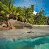 热带海岛海滩Anse拉齐奥,普拉兰岛,塞舌尔群岛 免版税库存照片