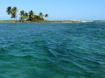 热带海岛的掌上型计算机 库存照片