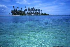 热带海岛的掌上型计算机 库存图片