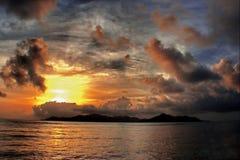 热带海岛的日落 库存图片