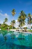热带海岛的游泳池边 免版税库存照片