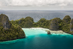 热带海岛的石灰石 免版税库存图片