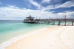 热带海岛的码头 免版税库存图片