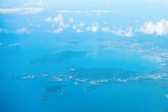 热带海岛的鸟瞰图蓝色海水的 免版税库存图片