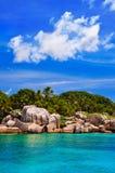 热带海岸的海岛 免版税图库摄影
