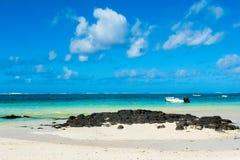 热带海岸的美好的夏天风景 免版税库存图片
