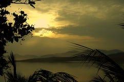 热带海岸线的日落 免版税库存照片