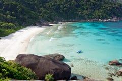 热带海湾的海滩 免版税库存照片