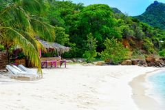热带海滩、平房和大海 库存图片