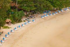 热带海滩低普吉岛rawai泰国的浪潮 免版税图库摄影