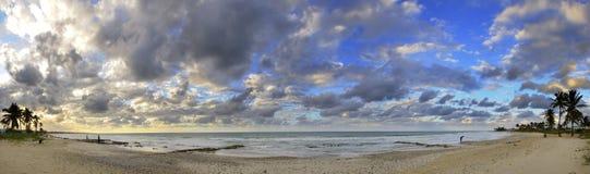 热带海滩古巴全景的日落 库存图片