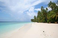 热带海滩含沙的海运 免版税图库摄影
